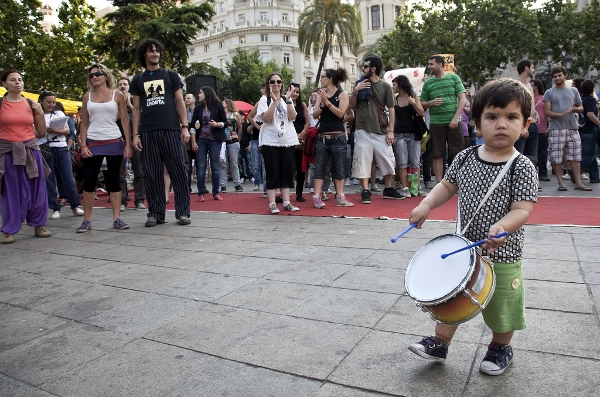 Even a little Spanish boy knows when to sound the drum