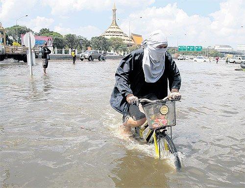 Paholyothin Road flooded