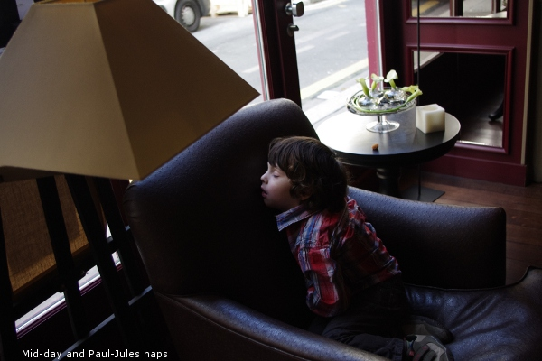 Mid-day at des Académies and a child sleeps
