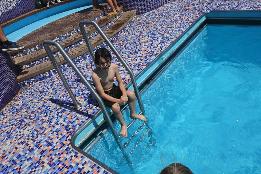 Cruise Europa pool