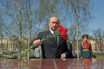 Vladimir Putin laid flowers at the memorial signs established in honour of the hero cities by the Kremlin wall.